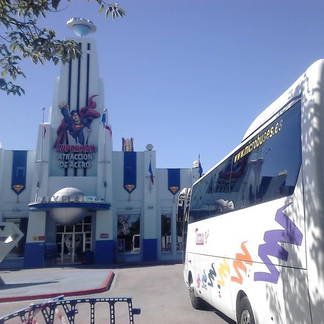 Alquilar autobuses 35 plazas Madrid Parque Warner